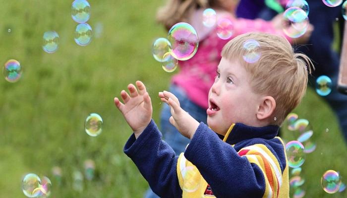 Copiii diagnosticati cu sindromul Down, fibroza chistica, epidermoliza buloasa, sindrom Dravet vor beneficia de insotitor