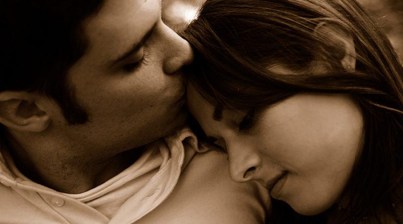 Studiu. De ce își înclină oamenii capul spre dreapta atunci când își sărută partenerul de viață